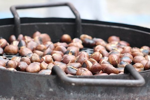 Roasted chestnuts 2881862  340